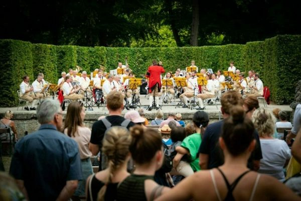 Finally again music in the Mirabell Gardens: historical concert by the Postmusik Salzburg
